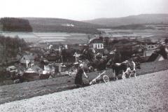 Johanna-Uebach-beim-AckernBlick-auf-Oberfischbach