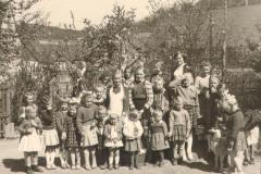 Maikinder-mit-Schaf-Liesel
